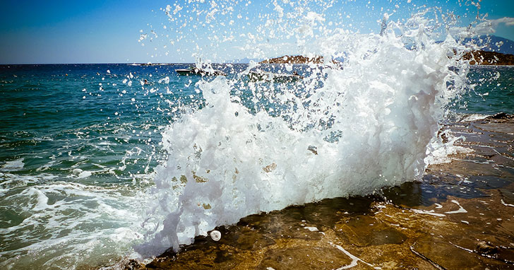 Mořský příboj na Krétě: flickr.com/photos/neekohfi/5259873175, CC BY 2.0